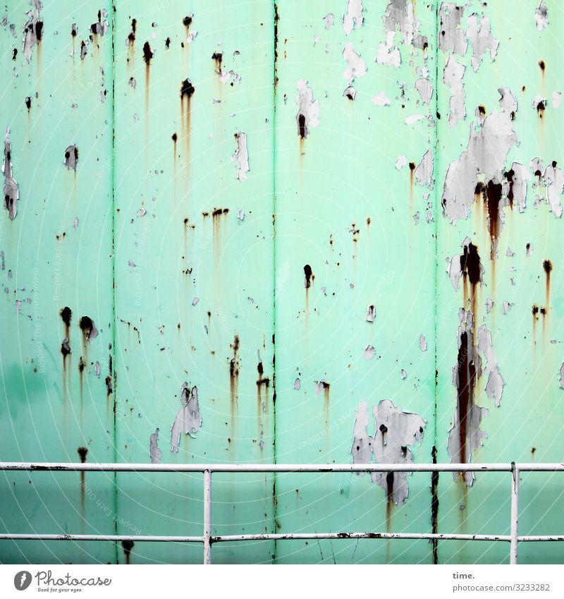 Lebenslinien #122 Mauer Wand Container Geländer Metall Stahl Rost Linie Streifen dreckig gruselig kaputt Originalität trashig Stadt grün chaotisch