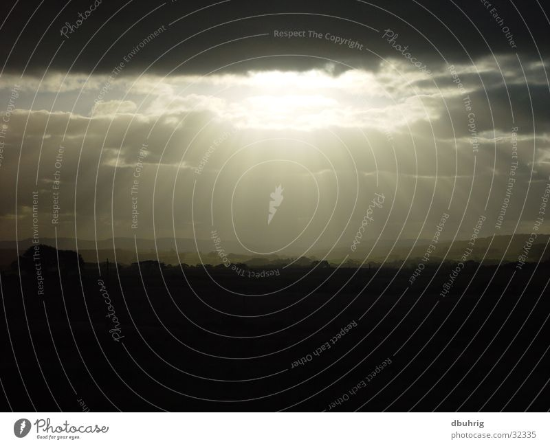 die sonne blickt durch Sonne Wolken dunkel Australien West Australien