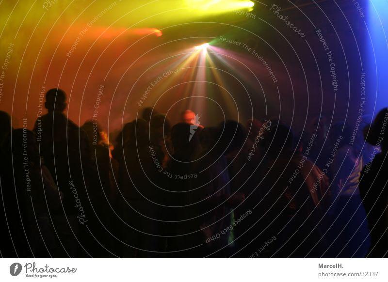 Partytime multi colour Disco schwarz Licht Nebel Mensch rot grün gelb Discoabend blau Reaktionen u. Effekte Kontrast Freude dunkel Lichtstrahl Lichteffekt