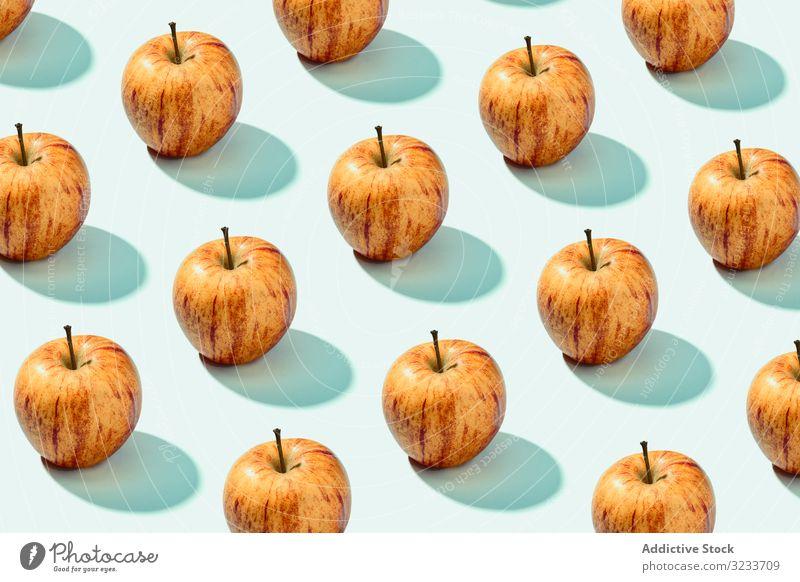 Halber Apfel in Reihe mit ganzen Äpfeln reif geschmackvoll duftig Frucht Lebensmittel frisch rot Scheibe süß natürlich Diät Dessert lecker Ernährung Vitamin