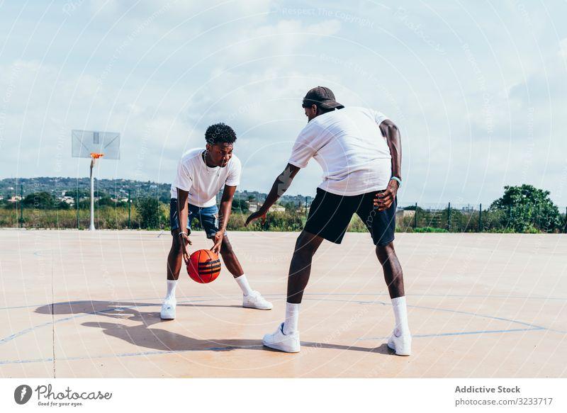 Afroamerikanische Jungs spielen bei strahlendem Sonnenschein Basketball Sportler Training Spieler Aktivität Athlet Fähigkeit Aktion schwarz Afroamerikaner