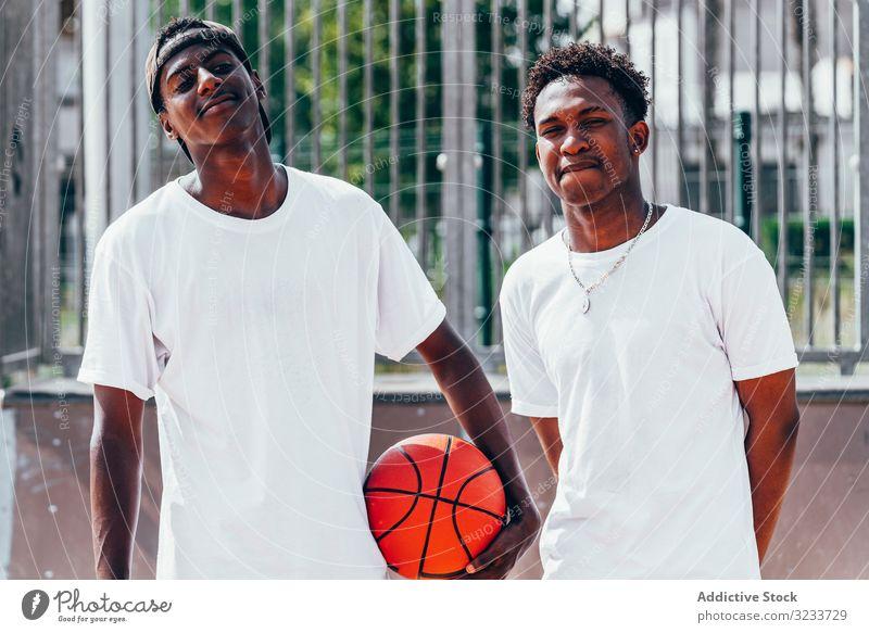 Schwarze Sportler mit Ball vor der Kamera Spieler Basketball Aktivität Athlet Fähigkeit Aktion schwarz Afroamerikaner Gericht spielen sportlich Training