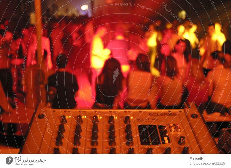 Discofever rot Musikmischpult Party Menschengruppe Discoabend