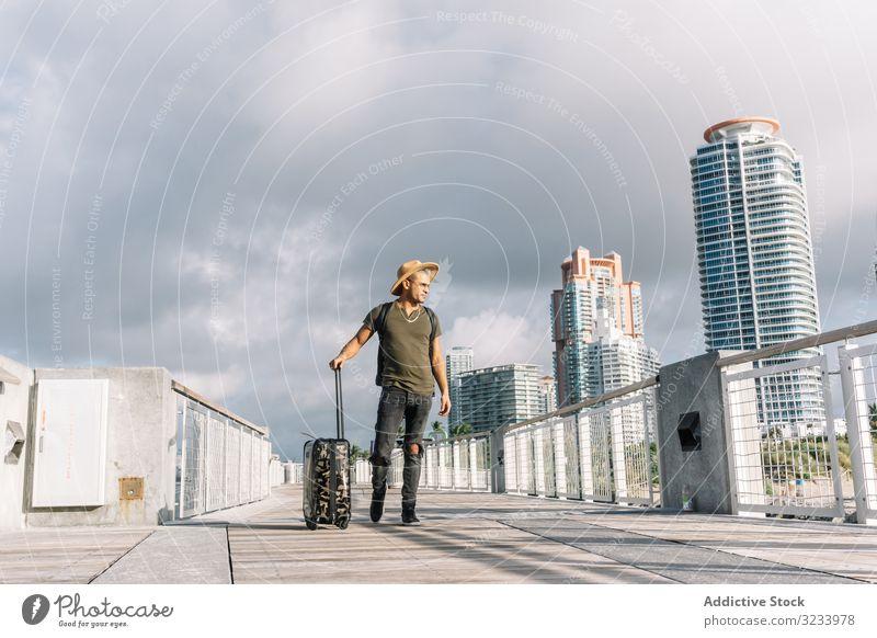 Traveller Hipster-Mann mit Hut und Koffer Erwachsener Abheben Flug fliegen Flughafen Abenteuer Cowboy Stil Mode Ausflugsziel Gepäck Reise Horizont Tourismus