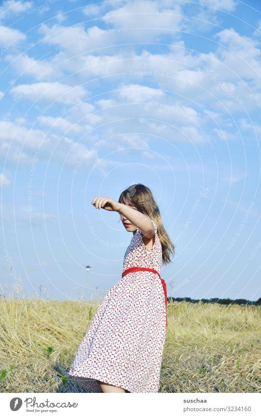 sommerlich Kind Mädchen Kindheit Kleid zeitlos Natur Außenaufnahme Feld Stoppelfeld Wärme sonnig Himmel Wölckchen Idylle Spaziergang Bewegung Arme Hand