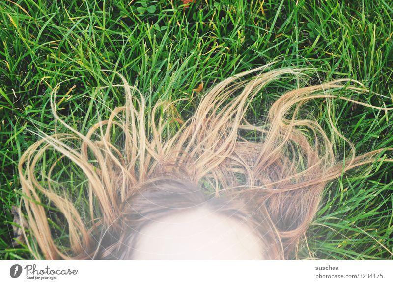 sommerhaare Sommer Gras Haare & Frisuren haarig seltsam Gesicht Stirn Kind Mädchen Außenaufnahme Rasen grün ungekämmt wild durcheinander Freude Spielen toben