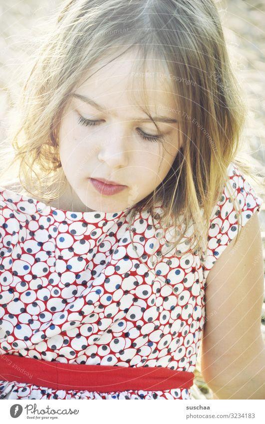 mädchen Kind Mädchen mädchenhaft lieblich schön süß weich Jugendliche Junge Frau sommerlich leicht Porträt Gesicht Blick nach unten Sonnenlicht Außenaufnahme