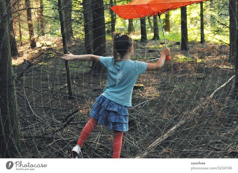 baumtänzerin Kind Mädchen Kindheit Kindheitserinnerung Wald einzeln Freizeit & Hobby Baum Baumstamm Waldboden Gleichgewicht Regenschirm Rock Unterholz Licht