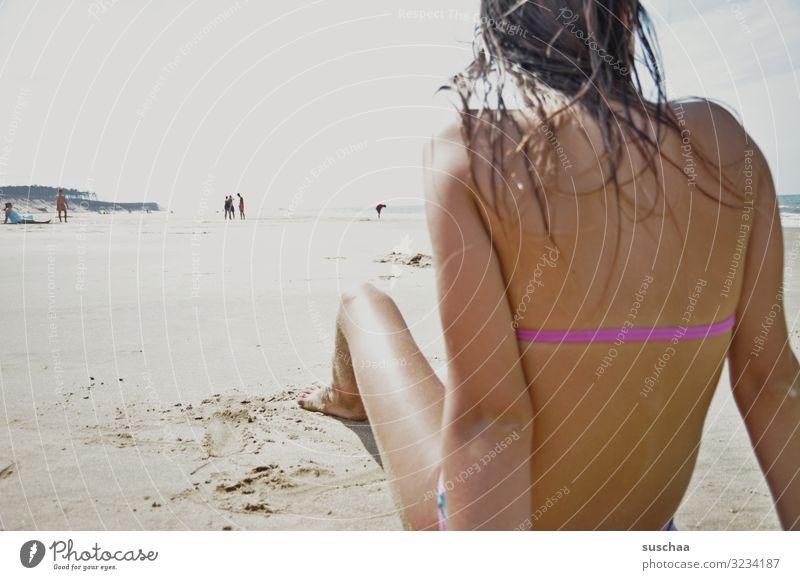 chillen am strand Kind Mädchen Rücken Strand Meer Sommer Ferien & Urlaub & Reisen Bikini Bräune sonnen Schwimmen & Baden nasse Haare Ferne beobachten
