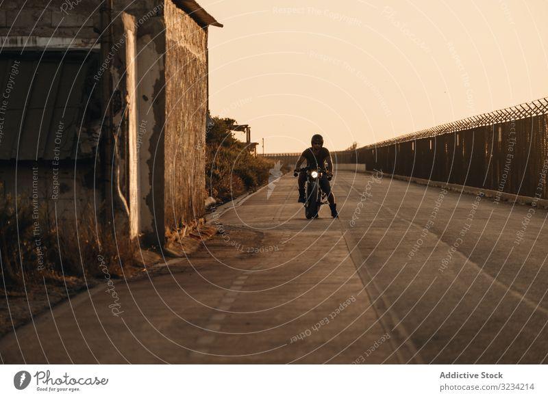 Starker Mann fährt Motorrad Laufwerk Straße moto Sonnenbrille ernst stark männlich Vollbart Mitfahrgelegenheit Menschenleer Verkehr Fahrrad Biker Freiheit