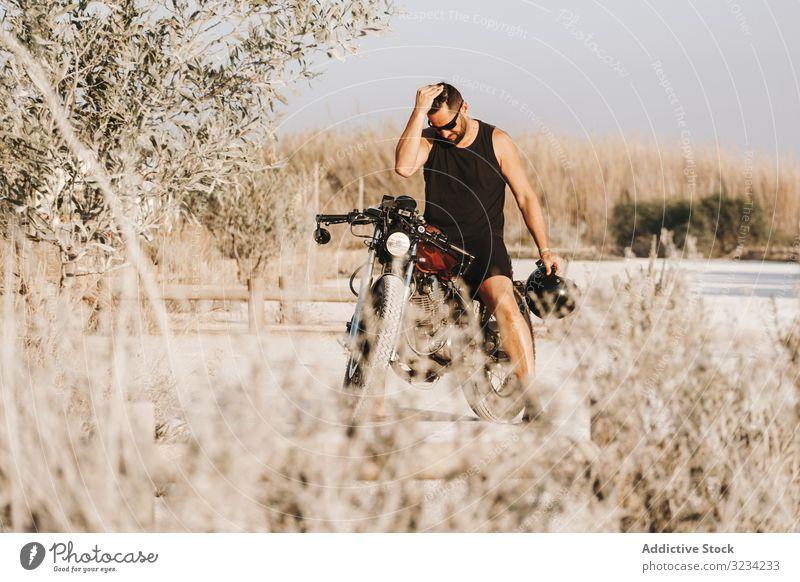 Schwerer männlicher Motorradfahrer im Wald Mann Schutzhelm moto Laufwerk Sonnenbrille brutal ernst fett Pause Feld Verkehr Straße Fahrrad Biker Freiheit reisen