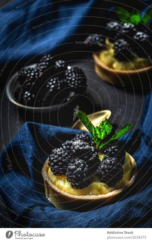 Hausgemachter kleiner Kuchen mit Brombeeren Lebensmittel Sahne selbstgemacht Pasteten lecker Frucht dunkel organisch Gebäck Dessert frisch süß vereinzelt