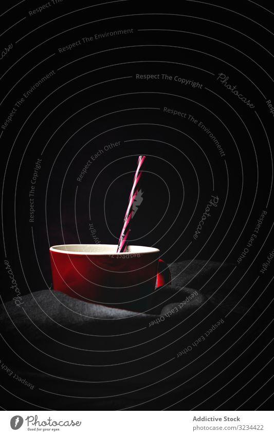 Tasse Milch auf dem Tisch melken hoch weiß hell Stroh gestreift Kontrast minimalistisch frisch Cocktail Milchshake trinken Getränk Erfrischung Lebensmittel