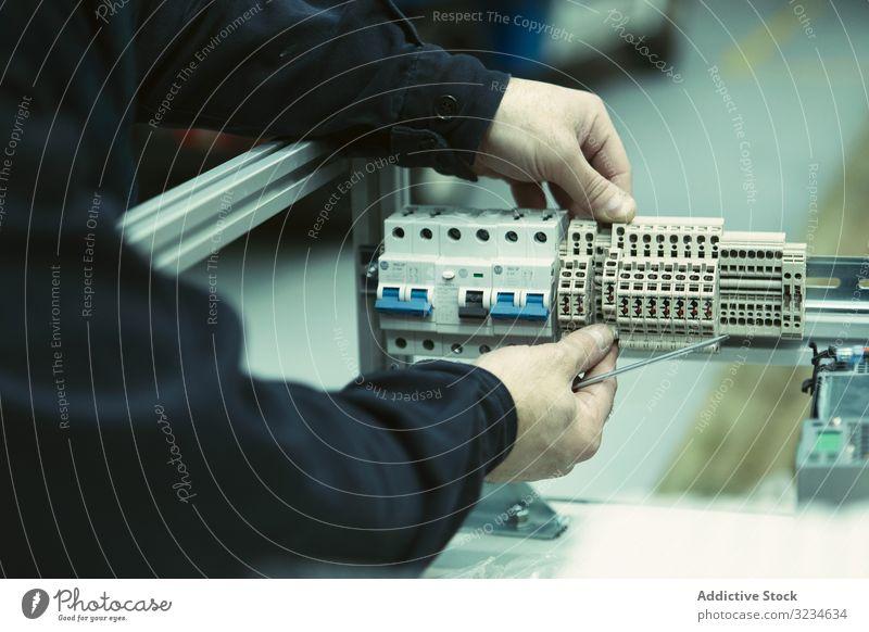 Schopfelektriker mit Schaltanlage zur Werkzeugkontrolle Elektromonteur System Reparatur Arbeiter Mann Dienst Flugzeugwartung Gerät Überprüfung Konstruktion