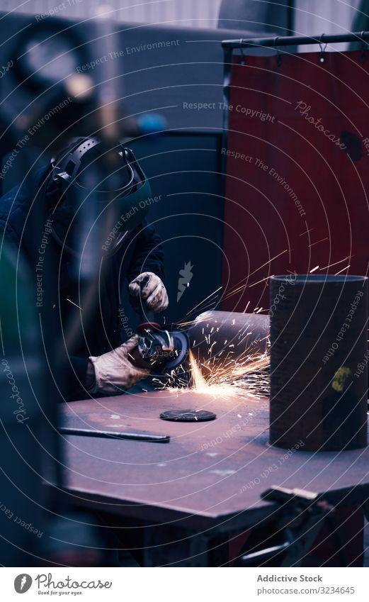 Professioneller Schweißer im Maskenschweißen von Metall Eisenhütte bügeln Gerät Schweißen Mann arbeiten Herstellung schützend Arbeitsplatz Job Flamme Reparatur