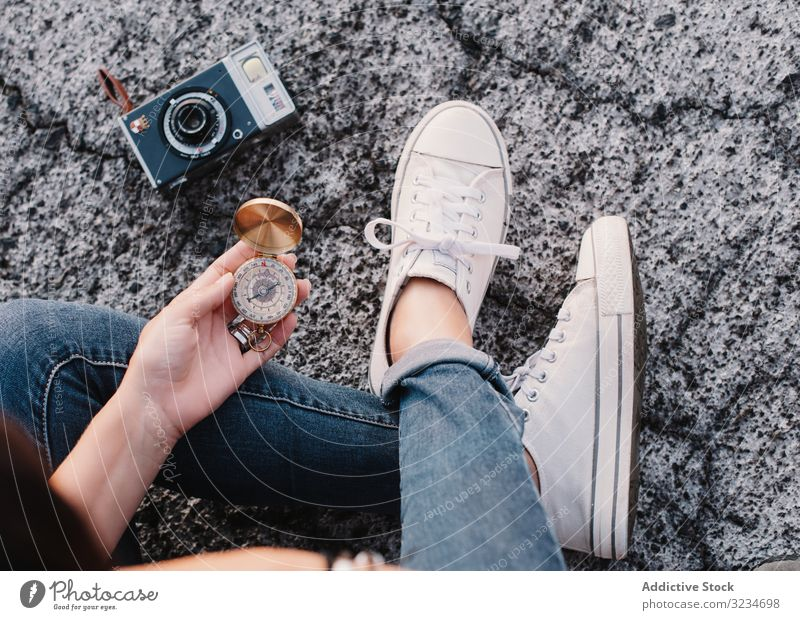 Frau mit Kompass gründet Route für Fotoreise Fotograf Fotokamera Schifffahrt Örtlichkeit reisen Reise Feiertag Urlaub Reisender Ausflug Tourist Trekking Regie