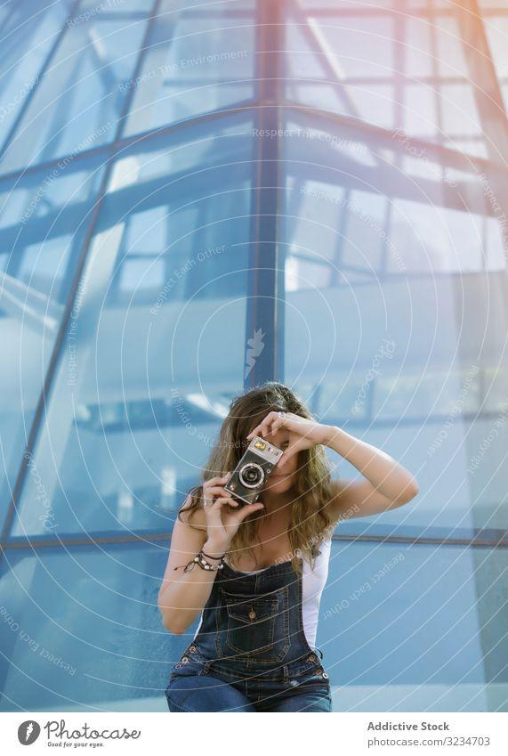 Kreative Frau fotografiert an einem sonnigen Tag vor der Kamera begeisterte kreativ fotografierend Architektur geometrisch Bild Tourist jung Großstadt klug