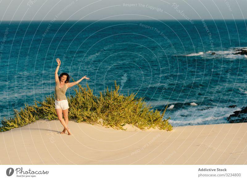 Aktive Frau in weißen Shorts geht am Sandstrand spazieren Seeküste türkis Meer Wasser Strand MEER laufen Sommer jung tropisch Urlaub Erwachsener schön