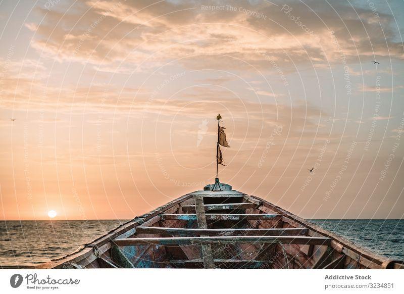 Altes Boot schwimmt im Meer MEER alt Schwimmer Himmel bedeckt schäbig Fischen Gambia Wasser marin Ausflug reisen Reise Gefäße gealtert rau verwittert wolkig