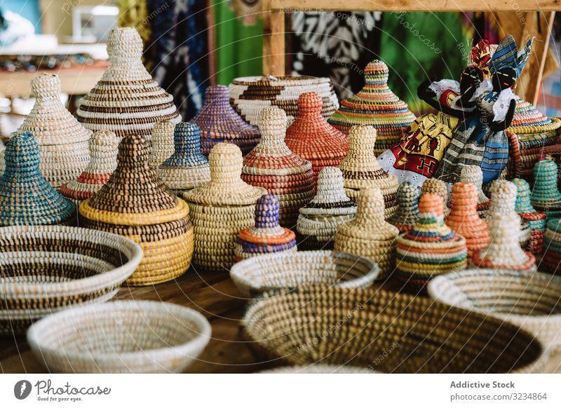 Korbbehälter auf Marktstand Kasten Weide Souvenir traditionell Schalen & Schüsseln verkaufen Gewerbe Straße Gambia organisch natürlich Container Deckel