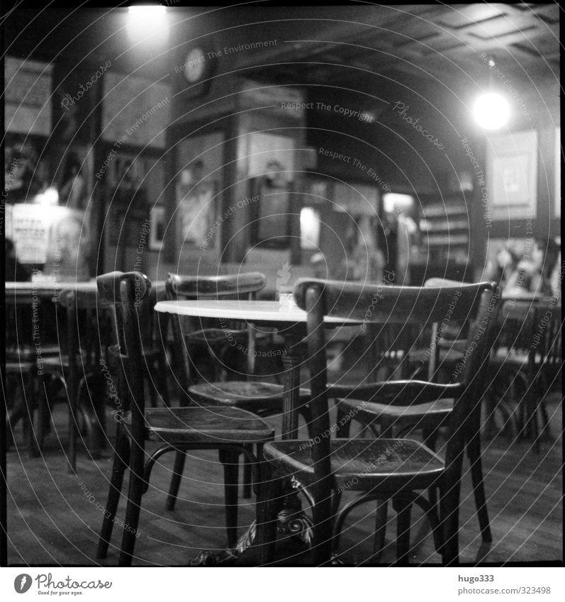 Café Möbel Nachtleben Gastronomie Holz einzigartig kuschlig Stuhl Tisch Wand Bild rustikal gemütlich Wien Kaffeehauskultur thonet analog Filmmaterial