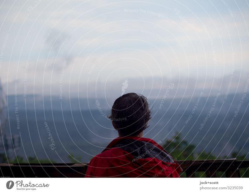 Klimawandel zwischen Mensch und Natur Ausflug Frau Erwachsene 1 45-60 Jahre Landschaft Gewitterwolken Horizont Wald Regenjacke kurzhaarig beobachten leuchten