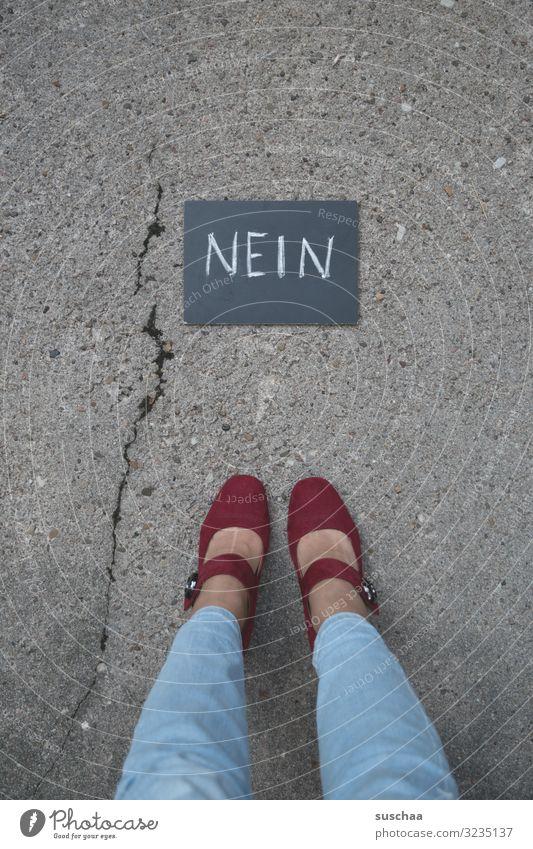 nein, nicht nochmal ... Text Wort Hinweis Buchstaben Nein Verneinung Ablehnung Opposition widersetzen Tafel Straße Asphalt Beine Füße Frau Riss Selbstbehauptung