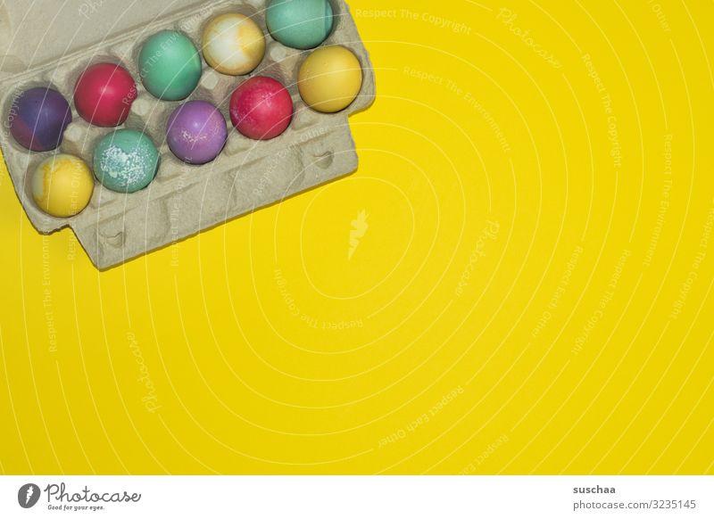 frohe ostern Ei Eier gefärbte Eier mehrfarbig Ostern Osterei Frühling Eierkarton gelb Aufbewahrung Lebensmittel Tradition färben Textfreiraum Eiweiss marmoriert