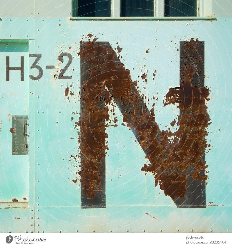 H3-2 N Militär Flughafen Hangar Tor Metall Rost Schriftzeichen Linie eckig groß historisch Originalität retro türkis Macht Ordnungsliebe kompetent Nostalgie