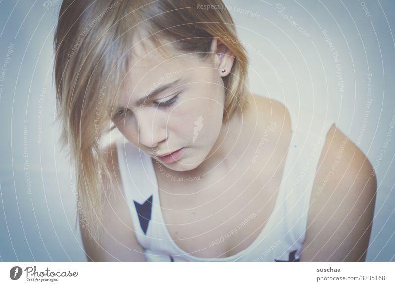 portrait eines mädchens, das nach unten schaut Kind Mädchen Jugendliche Teenager Gesicht Haare & Frisuren Blick nach unten weich Porträt Pubertät jung Kindheit
