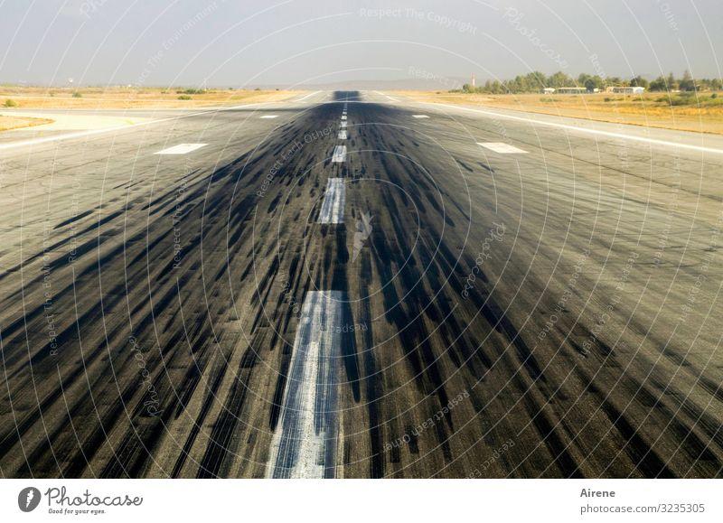 Anlauf nehmen Ferien & Urlaub & Reisen weiß schwarz Straße Umwelt klein Tourismus Geschwindigkeit Unendlichkeit Fernweh Flugzeugstart lang Flugzeuglandung