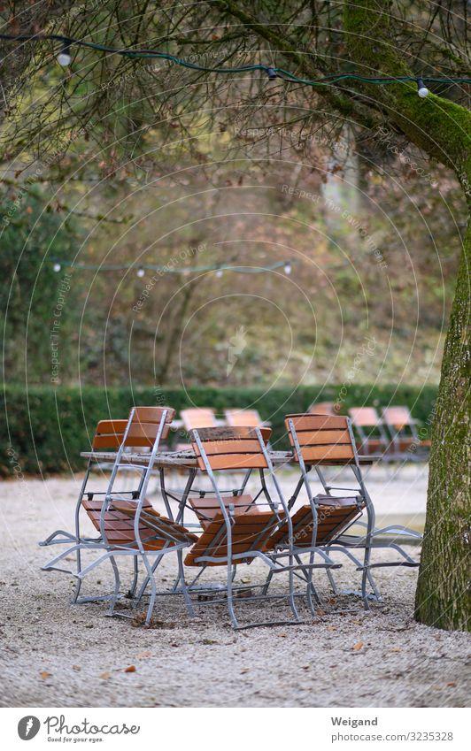 Saisonende Picknick Nebel grau bescheiden zurückhalten Stuhl Biergarten Pause Tisch Winter ruhig Feierabend Ruhetag Außenaufnahme Textfreiraum oben