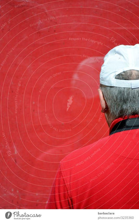 Ich sehe rot Freizeit & Hobby Fotografieren maskulin Mann Erwachsene 1 Mensch Gebäude Fenster T-Shirt Mütze grauhaarig Glas Blick stehen authentisch weiß Farbe