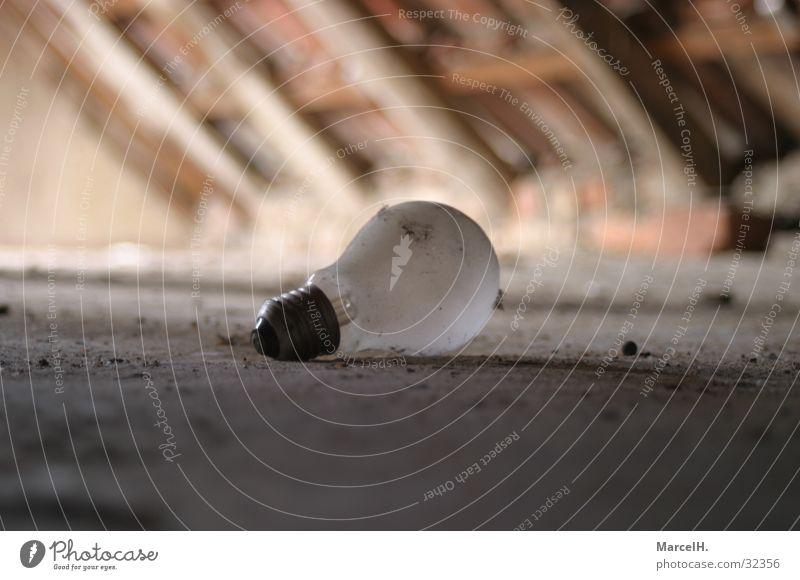 Der Dachboden lebt Glühbirne kaputt Elektrisches Gerät Technik & Technologie Lichterscheinung Milchig Einsamkeit