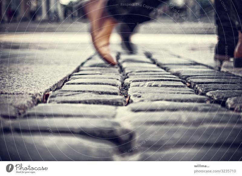 alltagshast Stadt Fuß Stadtleben gehen Schuhe Geschwindigkeit Bürgersteig Eile Stress Kopfsteinpflaster Momentaufnahme Pflastersteine Alltagsfotografie