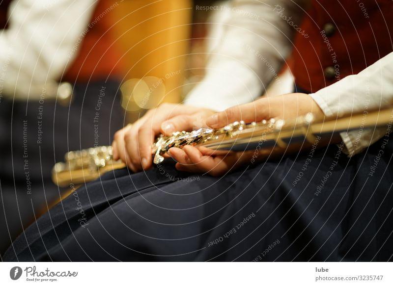 Flötenspielerin hat Pause Kunst Künstler Kultur Musik Konzert Bühne Musiker Musikinstrument blasmusik Farbfoto Innenaufnahme