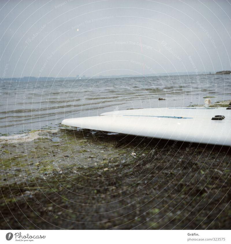 Surfsaison beendet Ferien & Urlaub & Reisen Sommerurlaub Strand Meer Surfbrett Surfen Wellen Küste Bucht trist blau braun Sport Farbfoto Außenaufnahme
