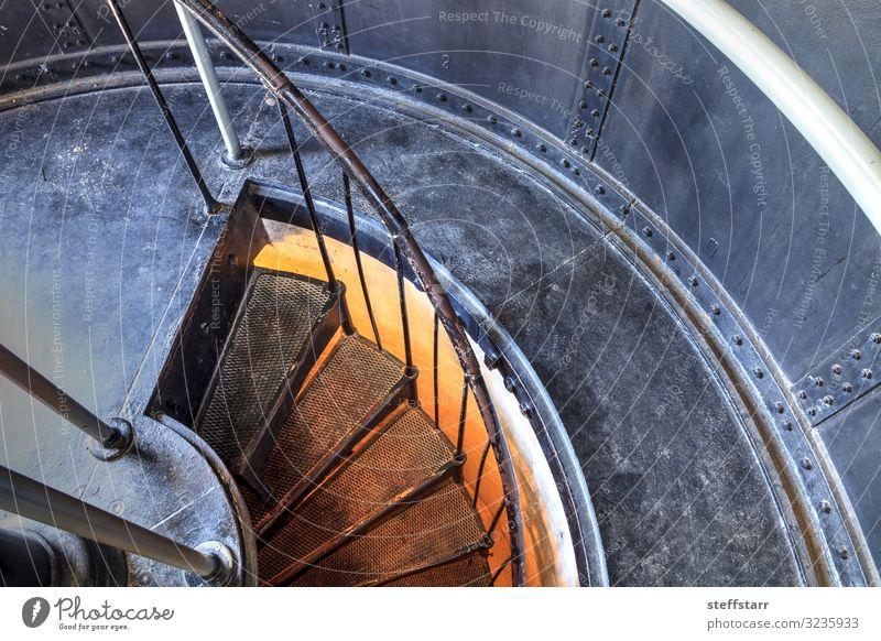 Wendeltreppe im Inneren des Cape Florida Lighthouse Klettern Bergsteigen Natur Küste Gebäude Architektur Wahrzeichen Metall braun gelb grau orange Schutz Treppe