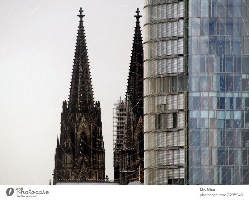 Verstecken spielen Stadt Stadtzentrum Skyline Hochhaus Kirche Dom Bauwerk Gebäude Architektur Sehenswürdigkeit Wahrzeichen Religion & Glaube Bürogebäude