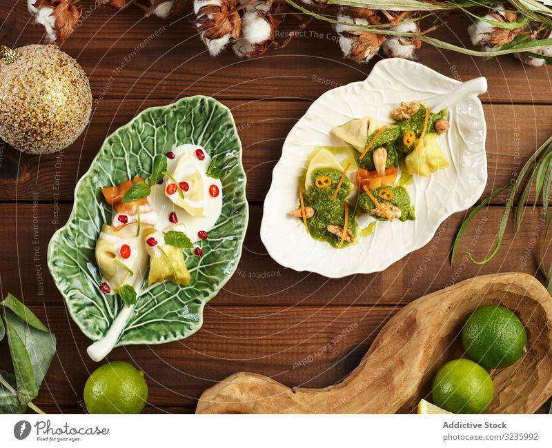Keramikblatt mit leckeren Ravioli und Sauce Saucen Teller Nut serviert Blatt Tisch Kunstgewerbler frisch Spätzle Mahlzeit Lebensmittel Knödel Abendessen