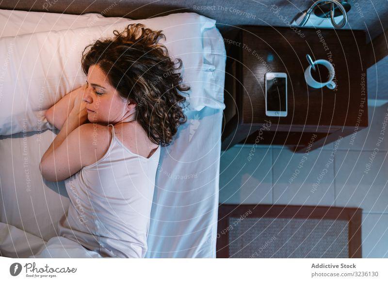 Frau schläft nach dem Frühstück im Bett Morgen schlafen schlummernd heimwärts ruhen Windstille trinken Gerät Smartphone Hotel sich[Akk] entspannen Schlafzimmer