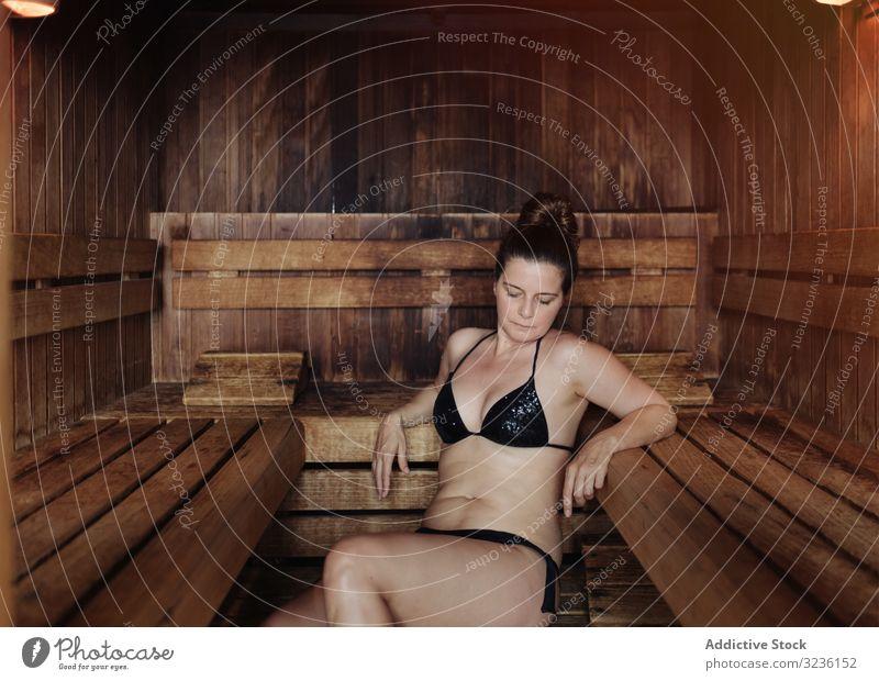 Erwachsene Frau entspannt in der Sauna Erholung Spa Wellness Dampfbad Zentrum Therapie erwärmen Bikini attraktiv unvollkommen brünett Windstille Erwachsener