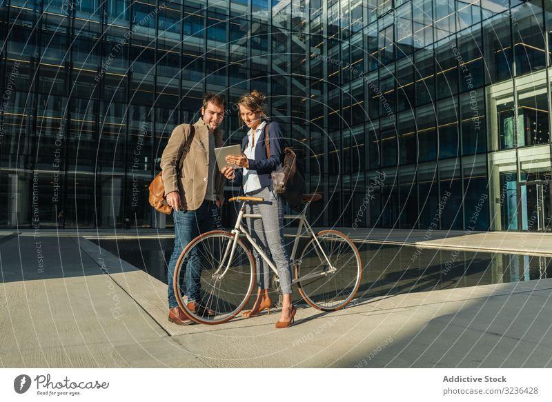 Geschäftsleute im Gespräch auf der Straße nach der Arbeit reden Lächeln Gebäude Fahrrad Mann Frau Kollege Zusammensein Paar Büro lässig Business Großstadt Stadt