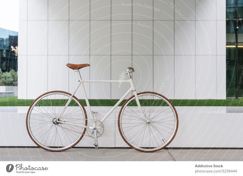 Fahrrad vor modernem Gebäude geparkt Straße Großstadt Bürgersteig urban Verkehr Außenseite Zeitgenosse Stadtzentrum Arbeitsweg Struktur Konstruktion