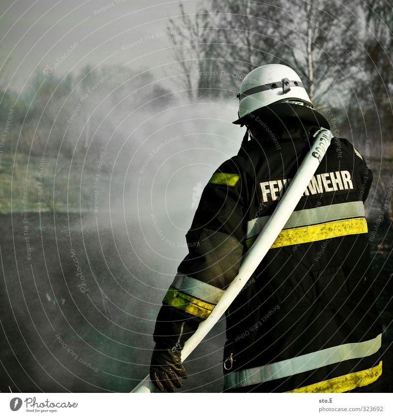 Feuer! Wer? Gesundheit gießen löschen Dienstleistungsgewerbe Sicherheit Schutz Schutzhelm Feuerwehrmann Brand Gesundheitswesen Mensch Wasser Wald bedrohlich