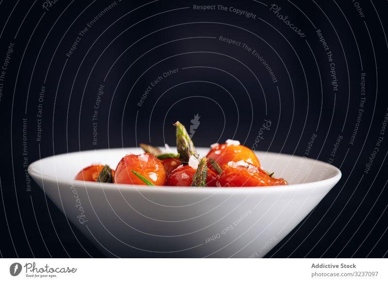 Frische Kirschtomaten, sautiert mit grünem Spargel und Rosmarin Salz Lebensmittel Abendessen gegrillt Speise Mahlzeit Küche rot Mittagessen lecker gebraten