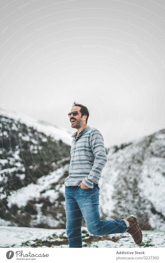 Mann geht auf Winterfeld Feld Schnee Spaziergang Erholung genießen Land Wald allein Wiese Hügel Baum gefroren ruhig Windstille kalt Natur Tal ruhen Reise