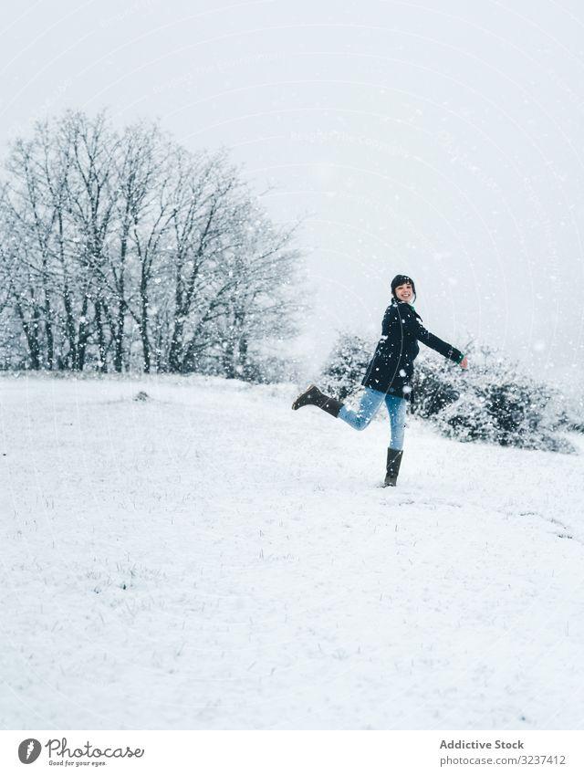 Frau spielt mit Schnee auf Winterfeld Feld Spielen Erholung genießen Land Wald allein Wiese Hügel Baum gefroren ruhig springend Windstille kalt Natur