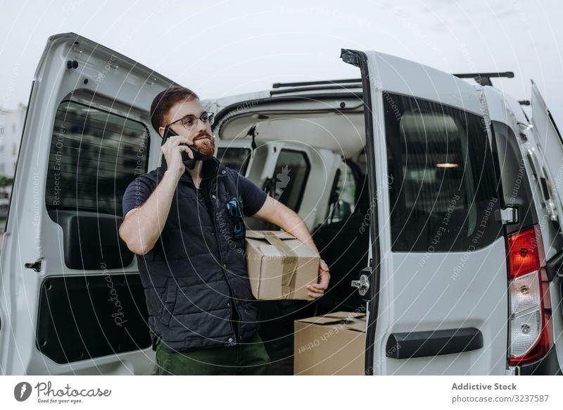 Kurier ruft den Kunden an, um die Lieferung abzuschließen Handy Versand Anruf Kasten PKW kaufen Mann Straße Orden Dienst Ausflugsziel Verteilung Paket Klient