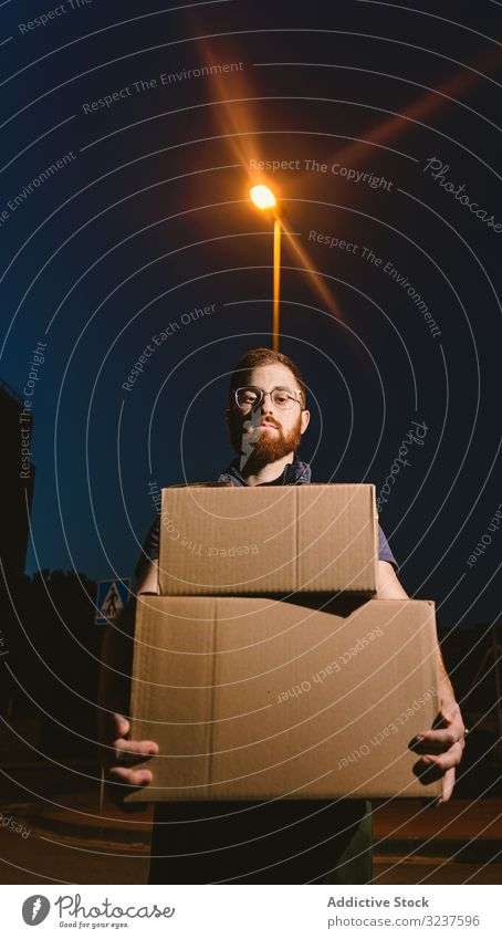 Kurier liefert Kartons am Abend aus Versand Kasten kaufen Mann Dienst Orden besinnlich Ausflugsziel Paket Verteilung Klient führen Kunde Schachtel Transport